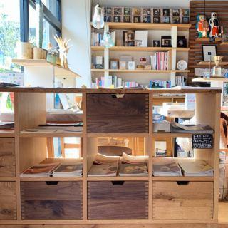 ︎ 間仕切りにもなる収納家具。 立野木材工芸ののLiberty Shelfは、好きなモノを自由に楽しくディスプレイできる無垢材の家具。 大事なモノ、隠したいモノも丁寧に収納でき、両面使いが可能な為、お部屋をセパレートすることもできます! ハナレアルタナでは、入り口入ってすぐに展示中。 オープン棚にはフリーペーパーやチラシを置き、引き出しにはストックを入れています。 引き出しの場所は自由に設定できるので、気分や用途に合わせてお使いいただけます♪ サイズは3サイズ展開。 本体はホワイトオーク、ウォールナットからお選びいただけます。 収納ボックス(引き出し)は、全サイズに6杯ずつ付いています。 ■W1,040×D450×H890mm 129,000円+税 ■W1,370×D450×H890mm 154,800円+税 ■W1,710×D450×H890mm 178,000円+税 ※ハナレ展示中の写真の家具はW1,370サイズです。 1/25(土)本日16時までオープンしております。