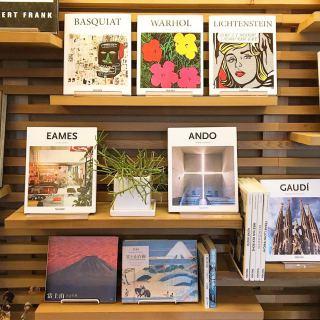 アルタナカフェの名前の由来のひとつでもある 「アルタナ(或る棚)」 カフェでは主に本やレコード、グリーン等を飾ってあります。 暮らしや用途に合わせて様々な使い方が出来るアルタナ! ご希望の方には自宅にアルタナを設置いただく事も可能です。 詳しくはスタッフまでお気軽にお申し付けください