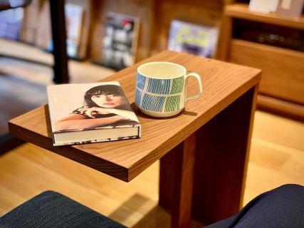 ︎ コーヒーに合う小説と至福の午後。 ・ マスターウォールのPEGサイドテーブルはソファの座面と床面との間のスペースに差し込むことができ、移動も簡単。 ソファやベッドサイドの小物置きとして、シンプルなデザインを活かし、自分好みの使い方をお楽しみください。 masterwal PEGサイドテーブル 44,000円+税 サイズ;W500×D250×H490mm 材種;ウォールナット無垢材 ・ Sabatoマグ 2,800円+税 ・ mille books 『コーヒーと小説』庄野雄治 編 1,300円+税 1/27(月)本日17時までオープンしております。