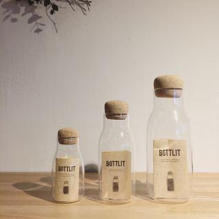 ︎ 耐熱ガラスとコルクを組み合わせたボトル型キャニスター ・ 600ml にはコーヒー豆やグラノーラ、300mlには茶葉やナッツ、150mlにはスパイスやハーブを入れるのにちょうどいいサイズ。 さりげなく置いてあるだけで、ステキな空間になりそうですね。 ・ 【KINTO】 BOTOLIT 600ml ¥2.000+税 300ml ¥1.400+税 150ml ¥1.200+税 ・ 本日1/27(月) 17:00まで営業しております。 ・