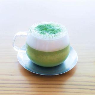 「有機抹茶のカプチーノ」明日2/8sat.から登場! 日本三大玉露産地の一つ、静岡朝比奈産「有機抹茶」を使用した抹茶カプチーノ。 カップに口を付ける瞬間に香り立つ、なんともかぐわしいお茶の芳香! 上質な苦味と柔らかな泡ミルクとのハーモニーをお楽しみいただけます。 甘味が欲しい場合は、お好みでシュガーをプラスしてください。 抹茶好きにはもちろん、「今日はちょっと落ち着いて、読書のお供に。」と長居を決め込むつもりのあなたにオススメです。 ほっと、一息くつろげる味わいです。