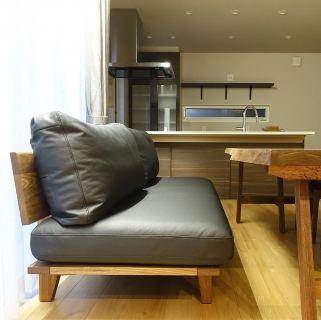 ︎ 【MASTERWAL 家具& MUKU ten.納品事例】 ダイニングとリビングを兼ねたソファとダイニングテーブルのご要望を叶えた事例です。 独特の濃淡が奥深い杢目が特徴の バストゥーンウォールナット一枚板のローダイニングテーブルにMASTERWAL のSH410mmとソファの中では座面高めのRITZソファを合わせました。 テーブルと椅子の座面の高さの差尺は約300mmほどが良いとされています。 お客様と打合せ、丁度良い高さを決め、テーブルの脚の高さを調整しました。 ウォールナット無垢材のフレームと背板、張地はブラックの本革使用でシックで落ち着いた雰囲気に! 2/22(土)本日17時まで営業中です。