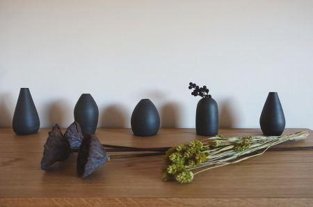 ︎ いよいよ、本日2/1(土)10時よりスタート!! 16時までご覧いただけます。 MUKU ten.×器のしつらえ展  Table3.「暮らしに花器を。」 木と土、ふたりの造形 ー 小端吾郎 と 藤井ノゾミー @besso_altana インテリアショップHANARE ALTANAプロデュースの企画展第3弾を2/1(土)より富士市富士見台のBesso ALTANAモデルハウス「HIBIKI the MIRAI」にて開催いたします! 無垢一枚板テーブル のある暮らしにしつらえる、「花器」。 静岡県を拠点に活動する木工作家・小端吾郎 @kobashi_urushikougei と陶芸作家・藤井ノゾミ @nozomifuji の二人展を開催いたします。 モデルハウスの部屋にしつらえた、暮らしに溶け込む花器を中心に。 木と土…自然素材の魅力を生かし、引き出しながら、独自のフォルムを生み出すふたりの造形にご注目ください。 会期;2/1(土)〜3/1(日) 時間;10:00〜16:00 定休日;(火)・(水)および、2/2(日)・6(木)・22(土) 会場;Besso