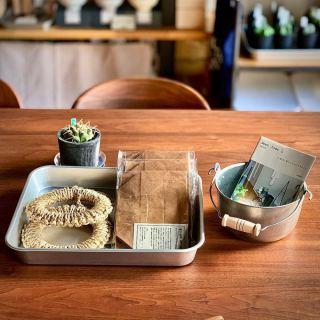 ︎ どこか懐かしく、昔ながらの温かみのある生活雑貨はこの先も長く寄り添ってくれそう。 ワラ釜敷きは、新潟県のお母さんたちの熟練の手法での手作り。輪のフォルムは、昔から底が丸い鉄釜や土鍋を置く為に使われてきました。現代でも土鍋や普通の鍋敷きとして、普段使いできます。使わない時にフックなどに掛けてキッチンでさり気なく見せておくのにも素敵ですよね! 蝋引紙袋は食品包装用としてお使いいただける安全な紙袋。耐水、耐油性があり、破れにくく丈夫!通気性もあります。 昔から鮮魚店、惣菜店などで永く使われてきました。ちょっとした、おにぎりとおかずを入れるお弁当袋として、手作りお菓子を入れるなど、工夫次第で便利でオシャレに使えそうです! トタン豆バケツはかわいいミニサイズ。 バケツとしての使い方はもちろん、小物入れや道具入れとして、こちらも見せる収納が楽しめそうです! 松野屋 ■ワラ釜敷き中 2,000円+税 ・ ■蝋引紙袋 亀甲二型(20枚入り) 700円+税 ・ ■トタン豆バケツ 1,200円+税 ・ 本日2/1(土)も11:00〜17:00オープンいたします。