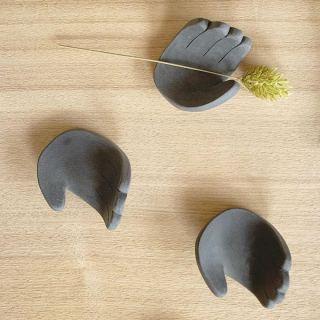 ︎ アソビゴコロを刺激するカタチ。 箸置きとして。或いは… 2/17(月)本日も16時までご覧いただけます。 MUKU ten.×器のしつらえ展  Table3.「暮らしに花器を。」 木と土、ふたりの造形 ー 小端吾郎 と 藤井ノゾミー @besso_altana インテリアショップHANARE ALTANAプロデュースの企画展第3弾を富士市富士見台のBesso ALTANAモデルハウス「HIBIKI the MIRAI」にて開催中! 無垢一枚板テーブル のある暮らしにしつらえる、「花器」。 静岡県を拠点に活動する木工作家・小端吾郎 @kobashi_urushikougei と陶芸作家・藤井ノゾミ @nozomifuji の二人展を開催いたします。 モデルハウスの部屋にしつらえた、暮らしに溶け込む花器を中心に。 木と土…自然素材の魅力を生かし、引き出しながら、独自のフォルムを生み出すふたりの造形にご注目ください。 会期;2/1(土)〜3/1(日) 時間;10:00〜16:00 定休日;(火)・(水)および、2/2(日)・6(木)・22(土)