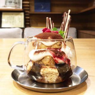 「レイヤードティラミスのパルフェ」 本日よりスタートします マスカルポーネクリームの甘みとエスプレッソとカカオの程よい苦み、コーヒーキューブゼリーやパイのサクサク食感、自家製ベリーソースの爽やかな酸味など様々な味や食感の違いをお楽しみいただけます