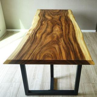 ︎ 【MUKU ten.納品事例】 こちらの モンキーポッド一枚板テーブルは、W2,000×D900としっかりサイズ。片側3人ずつの6人掛けダイニングテーブルとして採用されました。 モンキーポッドは懐かしのCM「この木なんの木、気になる木♪」でお馴染みの木! 成長が早く、暖かい地域で育った、大らかな流れの木目が特徴です。 板の辺材(両端)と心材(中央)の色のコントラストが強く、はっきりと現れています。柔らかさと潔さが共存している一枚ですね。 太めのブラックスチール脚を合わせ、引き締めることで現代的なデザインの家具となります。