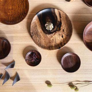 ︎ 2/9(日)本日も16時までご覧いただけます。本日は木工作家の小端吾郎さん在廊です!ぜひ、お立ち寄りくださいませ。 MUKU ten.×器のしつらえ展  Table3.「暮らしに花器を。」 木と土、ふたりの造形 ー 小端吾郎 と 藤井ノゾミー @besso_altana インテリアショップHANARE ALTANAプロデュースの企画展第3弾を富士市富士見台のBesso ALTANAモデルハウス「HIBIKI the MIRAI」にて開催中! 無垢一枚板テーブル のある暮らしにしつらえる、「花器」。 静岡県を拠点に活動する木工作家・小端吾郎 @kobashi_urushikougei と陶芸作家・藤井ノゾミ @nozomifuji の二人展を開催いたします。 モデルハウスの部屋にしつらえた、暮らしに溶け込む花器を中心に。 木と土…自然素材の魅力を生かし、引き出しながら、独自のフォルムを生み出すふたりの造形にご注目ください。 会期;2/1(土)〜3/1(日) 時間;10:00〜16:00 定休日;(火)・(水)および、2/2(日)・6(木)・22(土) 会場;Besso ALTANA