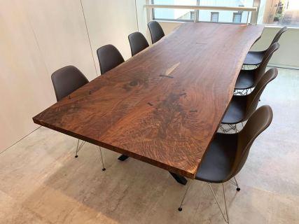 ︎ 【MUKU ten.納品事例】 東京、青山のオフィスに ブラックウォールナット(ブックマッチ)テーブルを納品しました。 サイズW2,600×D1,100mmのミーティングテーブルです。 ブックマッチとは、一枚の板を本を開いた形のように切り開いて、繫ぐ手法。よく見ると左右対称の杢目と形が確認できます。 イームズのシェルチェアを合わせてスタイリッシュなミーティングテーブルとなっていますね。 現在、ハナレアルタナ店舗にブラックウォールナット、クラロウォールナット、バストゥーンウォールナット、イングリッシュウォールナットとウォールナット材を豊富に取り揃えております。 シックで落ち着いた雰囲気の一枚板をお好みでしたら、おすすめです! 明日2/15(土)も11:00〜17:00オープンいたします。