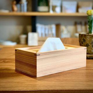 ︎ 天然木のティッシュケース。 素材は杉と桧(ヒノキ)。 ゆっくりと乾燥させた高品質な素材から、建築用の柱や梁を取った余りの部材を無駄なく使っています。 蓋は杉よりも重い桧(ヒノキ)を用いることでティッシュがスムーズに抜き取れるよう工夫し、安全なプレポリマー塗装で手垢などの汚れが付きにくく仕上げています。 松野屋 杉と桧のティッシュケース 日本製(高知県) 5,000円+税 2/15(土)本日も17時まで営業いたします。