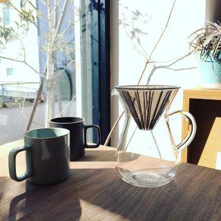 ・ 休日の朝 丁寧に入れたコーヒーとともに 陽だまりの中でゆったりとした時間を過ごす… 最高の贅沢ですね ・ 【KINTO】 コーヒーカラフェセット600ml (プラスチックドリッパー) ¥3.000+税 ・ 【HASAMI PORCERAIN】 マグカップ φ85mm H89mm 各¥2.300+税 ・ 本日2/2(月) 11:00〜17:00まで営業しております。 ・