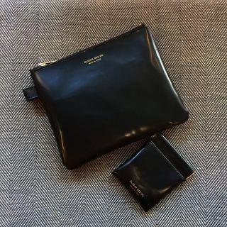 ︎ シンプルでシックな漆黒のポーチ ・ 合成皮革製なので汚れても簡単に拭いて落とせて衛生的です。 内側はすべすべでさらりとしていて、本革のように毛羽立ってポロポロと落ちることもありません。 ・ 大きい方はコスメや手帳、通帳ケースなどに、小さい方はアクセサリーや小銭、イヤホン入れなどに ・ 【CLASKA G&S DO】 BANK フラットポーチ ¥2.000+税 BANK フラットバネポーチ mini ¥1.500+税 ・ 本日2/24(月) 17:00まで営業しております。 ・