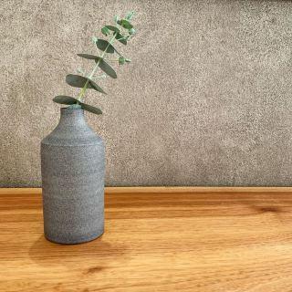 ︎ 本日明日のこの週末がラスト! この機会にぜひ、ご覧ください。 本日、藤井ノゾミさん @nozomifuji 在廊日です。 MUKU ten.×器のしつらえ展  Table3.「暮らしに花器を。」 木と土、ふたりの造形 ー 小端吾郎 と 藤井ノゾミー @besso_altana インテリアショップHANARE ALTANAプロデュースの企画展第3弾を富士市富士見台のBesso ALTANAモデルハウス「HIBIKI the MIRAI」にて開催中! 無垢一枚板テーブル のある暮らしにしつらえる、「花器」。 静岡県を拠点に活動する木工作家・小端吾郎 @kobashi_urushikougei と陶芸作家・藤井ノゾミ @nozomifuji の二人展を開催いたします。 モデルハウスの部屋にしつらえた、暮らしに溶け込む花器を中心に。 木と土…自然素材の魅力を生かし、引き出しながら、独自のフォルムを生み出すふたりの造形にご注目ください。 会期;2/1(土)〜3/1(日)