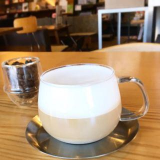 「カプチーノ」 スチームで泡だてたフォームミルクの滑らかな口当たりをお楽しみいただけます。 アルタナカフェは本日16時までの営業とさせていただきます。