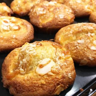 「キャラメルりんごのマフィン」 キャラメルの甘さとりんごの甘酸っぱさが程よくあったマフィン! 数量限定なのでお早めにどうぞ アルタナカフェは本日11時開店とさせていただきます。