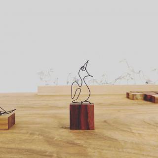 「MUKU ten」2日間の企画展開催しております。 今回の企画展では 写真家・岡部さんのワイヤースケッチも販売 小さな作品の土台にはmukutenの木端を使用しています。 何か物語が始まりそうなワイヤーアート作品 木とワイヤー作品は それぞれお好きな組み合わせをお選びいただけます。 すました表情の鳥たち 左の視線は向こうへ。その様子もまた楽しい。 発声練習をしているような鳥も こちらは思わず応援したくなるような表情です 人と鳥の寄り添う姿も。 または問いかけでしょうか。優しい時間が流れているようです。 2羽の鳥も。 まるで出逢いの瞬間を一枚の写真で見ているよう ご紹介のワイヤーアート作品はほんの一部。 是非この機会の会場でお好きな作品を見つけてくださいね。 長泉町スルガ平 ギャラリータケイ 3/8まで