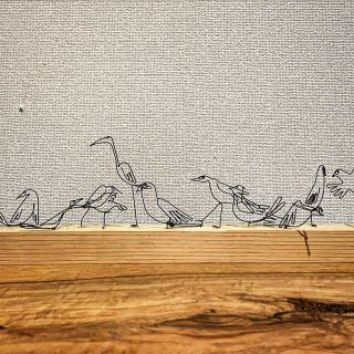 ︎ MUKU ten.に憩う鳥 3/7(土)本日より2日間、10時〜長泉町スルガ平のギャラリータケイにて、作家・岡部稔さんの作品と共にMUKU ten.一枚板家具の展示販売いたします! 写真の岡部さんのワイヤーアートオブジェも販売しております。 一枚板をお探しの方、アートやインテリアに興味のある方、ぜひお寄りくださいませ MUKU ten. × 岡部 稔 企画展 「家具とアートの室礼ー自然美のシルエット」開催のお知らせ 当店の無垢一枚板ブランド「MUKU ten.(ムクテン)」は、ダイニングテーブルやソファなど素材そのものを大切に、現代的なデザインに落とし込んだ家具をつくり出します。 本展では、デザイナー高山まさき氏デザイン監修のMUKU ten. Premium lineと共に、写真家で現代美術作家の岡部稔氏 @minoru_okabe の作品展で自然美の競演をご覧いただきます。 室礼(しつらい)とは、部屋を心地よく、訪問者へのおもてなしの心を持って、整えること。 自然美に魅せられた作り手から生まれる、「室礼のカタチ」をご高覧ください。 ・ ・ 日時;2020年3月7日(土)・8日(日) 各日10:00〜17:00 会場;ギャラリー タケイ 駿東郡長泉町東野608-99