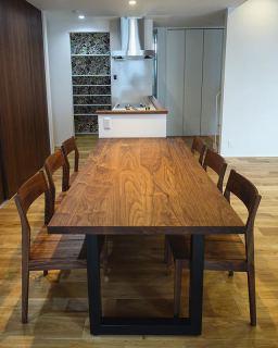 ︎ 【masterwal 家具納品事例】 広々LDKに 6人掛けダイニングテーブルとチェアを納品しました。テーブルサイズはW2,000×D900×H720×T41mmです。 人気のwildwoodダイニングテーブル天板の厚み41mmの贅沢仕様とTMチェアどちらもウォールナット無垢材を使用したシックなコーディネート。背面の建具扉のダークカラーとも相性良く、素敵な空間に仕上がりました。 ・ 3/20(金)本日17時まで営業中! 明日3/21(土)も11:00〜17:00オープンいたします。