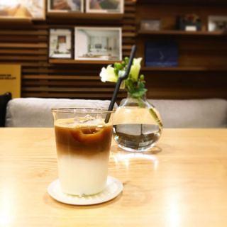 「アイスカフェラテ」 写真はエスプレッソshotを追加したダブル! カフェラテを飲みたいけどコーヒー感も楽しみたい方にオススメ! ホットメニューにも追加(エスプレッソshot追加+50yen)できますよ
