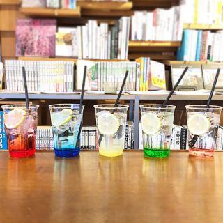 レンジャーソーダ5種勢揃い! 左から赤(グレナデン)、青(ブルーキュラソー)、黄(レモン)、緑(グリーンアップル)、ピンク(ピンクグレープフルーツ) 違う色を頼んで写真を撮るのもおススメですよ