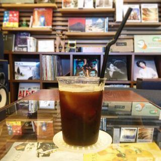 アルタナカフェは本日休みの予定でしたが通常通り10:00-17:00まで営業する事となりました。 お食事やスイーツ、ドリンクや読書はいかがですか?