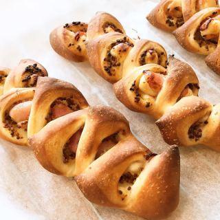 新メニュー開発中! テイクアウト営業に向け様々なメニューを試作しています! 写真のパンは生ハムと粒マスタードを使っていて生ハムの塩味とマスタードの風味、パンのほのかな甘みが良く合っていてお気に入りの1つ 他にも色々と試作しておりますのでお楽しみに 臨時休業期間延長のお知らせ ============== 5/6(水)まで休業延長 ※状況により変更の可能性あり ============== ・ ・ いつも当店をご愛顧くださり、ありがとうございます。 お客様、店舗近隣地域およびスタッフへの感染防止の為、営業再開について5/6日まで延期とさせていただきます。 新テイクアウトメニューも出来ています! 安心してお届けできるオペレーションとともに、いつでも営業を再開出来るように、スタッフ一同準備をしておりますので 今しばらくお待ち下さいませ♂️ ?️ ・ ・ 休業中にスタッフが再開に向けて、お届けする投稿を引き続きご覧になってくださいね! ・ 【ALTANA Caféコンセプト】 ALTANA(アルタナ)の名前の由来は、「或る棚」。 一日の、もっと言えば一生の大半を過ごす家の中。 家での時間は、より快適で満足度の高い暮らしであることが 私たちの永遠のテーマであり、願いです。 私たちの住まいや暮らしに欠かさず存在する「棚」は、家の内装構成物であり、様々な生活用品を収納する機能を持ちます。 と同時に、住まう人の個性やアイデンティティーを感じさせてくれる存在でもあります。 誰しも、人の家の本棚や飾り棚を見て、持ち主の趣味趣向の一端を