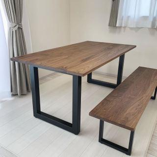 ︎ 【MASTERWAL納品事例】 マスターウォールのウォールナット無垢材、WILDWOODダイニングテーブル&ベンチを納品しました! 明るい色調の内装空間にシックな家具が引き立ち、素敵なダイニングに 対面には椅子を合わせるそうです。最近はこのように片側をベンチにされる方、多いですね️ 見た目もスッキリとしながら、急な来客時の増員にも対応でき、便利です。 本日は定休日。 明日4/17(金)11:00〜17:00オープンいたします。