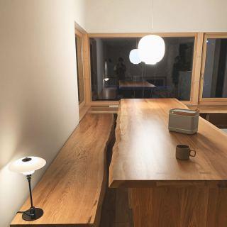 ︎ 【MUKU ten.納品事例】 北海道タモ一枚板を使用した、3m級の迫力満点のダイニングテーブルとベンチ。 富士市富士見台 @besso_altana のLiving D 第一建設モデルハウス「HIBIKI THE MIRAI」のダイニングスペースです。 北欧風の照明計画が活きる、夜の雰囲気も素敵です 感染症予防対策により、現在下記の方法でモデルハウスをご案内させていただいております。 ①LINEビデオ通話によるWEB見学会 ②完全予約制(1組限定)来場見学会 詳細、ご予約は 0545-67-3939 もしくは @besso_altana のDMにて受付中です! ハナレアルタナ店舗、火水木は定休日。 次回は5/1(金)11:00〜17:00オープンいたします。詳細家具打合せは事前予約をお願いいたします?♀️ ・ ・