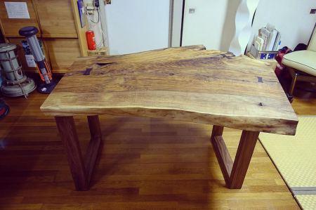 ︎ 【MUKU ten.納品事例】 イングリッシュウォールナット一枚板ダイニングテーブルを納品しました。 とっても個性的な杢目と形のこの一枚。以前使われていたテーブルの高さを参考に、同じ使い心地となるよう、高さ調整したブラックウォールナット材の木製脚を合わせました。 イングリッシュウォールナットは、ヨーロッパ全域から中東や中国にかけての西アジアに生息するクルミ科の落葉広葉樹です。 アメリカから輸入されるブラックウォールナットの心材が褐色なのに対してイングリッシュウォールナットは灰褐色で辺材も淡い色合いです。 独特の複雑なグラデーションの色味と形が唯一無二の素敵なテーブルとなりました! この一枚に一目惚れされたご夫婦に喜んでいただけ、よかったです️ ・ 4/4(土)本日17時までオープンしております。