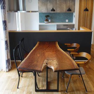︎ 【MUKU ten.納品事例】 ブラックウォールナット一枚板ダイニングテーブルを納品しました! ご家族お気に入りの枝分かれ部分の表情が愉しめる個性的な一枚 ブラックウォールナット特有の上品な紫色がかったブラウン色と美しい杢目が印象的な主役級テーブルです! 周りのインテリアともマッチして素敵です🏻️ ・ ・ 本日は定休日。 明日4/24(金)11:00〜17:00オープンいたします。