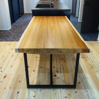 ︎ 【MUKU ten.納品事例】 京都杉一枚板ダイニングテーブルを納品しました。 檜無垢材フローリングとマッチした上品で綺麗な杢目が特徴の京都杉一枚板です。 ブラックスチール脚を合わせることで、純和風にはならず、奥のモダンで高級感あふれるブラックキッチンとも馴染んでいます 本日は定休日。 明日4/3(金)11:00〜17:00オープンいたします。