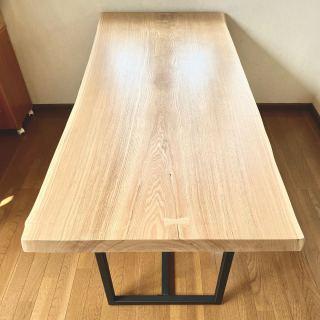 ︎ 【MUKU ten.納品事例】 北海道タモ一枚板ダイニングテーブルを納品しました! 明るく爽やかな色味の北海道タモは、真っ直ぐで揃った端正な杢目が特徴 ・ 硬く、丈夫な材なので、傷も付きにくくダイニングテーブルとしてはもちろん、書き物をするワークデスクなどにもおススメです🤲🏻 ・ 4/13(月)本日17時までオープンしております。
