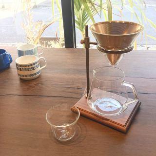 ︎ コーヒーグッズを揃えて、 自宅を「おうちカフェ」にして楽しむのもいいですね♩ こちらはステンレスフィルターなので、 コーヒーの粉を直接入れてドリップできます。 サーバーには、約2杯分と4杯分の目安となる目盛り付き。 サーバーの高さに合わせて、ブリューワーの位置を調節できますよ。 木台と、 経年変化を楽しめる真鍮の組み合わせが 雰囲気を醸し出します。 ・ ・ 【KINTO】 ブリューワースタンドセット4cups ¥15,000+税 火・水・木は定休日。 次回は4/10(金) 11:00〜17:00オープンいたします。