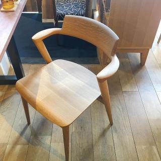 ︎ 背板から肘木、後脚まで一体となったデザイン。 ゆるやかなフォルムが温かみのある空間を作り出します。. . セミアームなので、横へスライドして出やすく 作業用の椅子として使いやすいです。. . 【飛騨産業 SEOTOセミアームチェア】¥62,000+税〜. ※樹種により価格が変わります. . 本日4/12(日)11:00〜17:00まで営業しております。. .