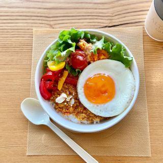 「今日のお昼は何にしますか?」 こんにちは︎ 現在、通常営業はお休みのカフェですが、 社内向けお弁当「MAKANAI(まかない)」が好評です! みなさんもしっかり食べて 心も体も元気な毎日を お過ごしくださいね。 @livingd_works_daiichikensetsu 臨時休業期間延長のお知らせ ============== 5/6(水)まで休業延長 ※状況により変更の可能性あり ============== ・ ・ いつも当店をご愛顧くださり、ありがとうございます。 政府による7都府県への「緊急事態宣言」の発出と、お客様、店舗近隣地域およびスタッフへの感染防止の為、営業再開について5/6日まで延期とさせていただきます。 新テイクアウトメニューも出来ています! 安心してお届けできるオペレーションとともに、いつでも営業を再開出来るように、スタッフ一同準備をしておりますので 今しばらくお待ち下さいませ♂️ 🍽️ ・ ・ 休業中にスタッフが再開に向けて、お届けする投稿を引き続きご覧になってくださいね! ・ 【ALTANA Caféコンセプト】 ALTANA(アルタナ)の名前の由来は、「或る棚」。 一日の、もっと言えば一生の大半を過ごす家の中。 家での時間は、より快適で満足度の高い暮らしであることが
