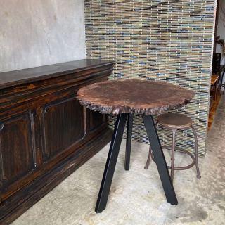 ︎ 【MUKU ten.展示販売中】 \自然のART WORKS/ 沼津のオルタナティブスペース「アンティークドア」で新しくオープンするギャラリーに クラロウォールナット輪切り一枚板テーブルを展示販売しています! @interior_art_gallery_deco ・ ・ 世界三大銘木の一つ、ウォールナットの中でも非常に珍しいクラロウォールナット。 北米産のブラックウォールナットにヨーロッパ産のウォールナットを接ぎ木して作られます。 接ぎ木による拒絶反応で出来る独特で、芸術的な杢目が特徴です ・ さらにこちらは、「輪切り」の天板︎ なかなかお目にかかれない、ギャラリーに相応しいアートなテーブルです︎ ・ ハナレアルタナ店舗、火水木は定休日。 次回は4/24(金)11:00〜17:00オープンいたします。