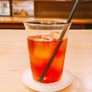 今日は暖かくていいお天気ですね️ テイクアウトに冷たいアイスティーはいかがですか? アルタナカフェの紅茶は大西進さんのteteriaの茶葉! 香りを楽しめるストレートがおススメ 店内ではteteria紅茶の茶葉の販売も行っております。. ・teteria紅茶アッサム ・teteria紅茶ctc-milk(ミルクティー用) #ctc-milk. 6月1日(月)から席数を制限した店内飲食の営業を再開する予定です。 パン、スコーン、マフィン等焼き菓子はご予約なしでも購入いただけますので是非お買い求めください 店外の椅子でお待ちいただく際には雑誌のご用意もありますのでご覧になってください 【電話】0545-52-9504 . お客様1組(1名)ずつご来店、ご利用いただきます。 予約でお待ちのお客様は店外のウェイティングの椅子(ハナレ @hanare_altana にて購入もいだけます)でお待ち頂くか、車内にてお待ち下さい。(道路上でお待ちいただくのは危険なのでおやめください) 順番になりましたらスタッフよりお声掛けさせていただきます。 #ご一緒にどうぞ 【おうちでアルタナ】 テイクアウトメニューです! (価格は全て税込です) . 朝霧ヨーグル豚のキーマカレー丼、オニオンスープセット大盛り無料①〜④ ①うすべに玉子の目玉焼き650yen ②豚バラナンコツspice煮700yen ③静岡地鶏ソテー 750yen ④静岡黒毛和牛と朝霧ヨーグル豚ハンバーグ 850yen