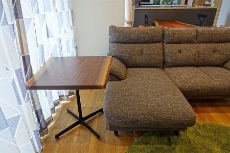 ︎ 【MUKU ten.納品事例】 ブラックウォールナット一枚板をカットして、ダイニングテーブルとサイドテーブルを制作した事例です。 小さい方を普段はサイドテーブルとして使い、来客時には切り口を合わせ、ダイニングテーブルの横に並べると…! 4人掛けのダイニングテーブルが6〜8人は掛けられそうな大テーブルに早変わり! ・ pic.4、5参照 ・ 並べた時に木目が揃っているのがわかりますね! 遠目に見ると一枚の大きなテーブルに見え、違和感もありません。 ポイントは高さをぴったり揃えること。 お客様のご要望とアイディアから生まれた素敵なオーダーテーブルが完成しました️ ・ 火水木は定休日。 次回は5/15(金)11:00〜17:00営業いたします。 . <5/15(金)ご予約可能時間帯>. ※5/12(火)現時点 ①11:00〜12:30 ②13:00〜14:30 ③15:00〜16:30 ・ フリーでご来店の際にはお待ちいただく場合がございます。空いていれば1組ずつのご案内をさせていただきます。 家具打合せのご来店は、スムーズなご案内の為、ご予約をおすすめいたします🏻♀️ ・ ・ 感染症予防対策の為、何卒ご理解、ご協力のほどよろしくお願い申し上げます。