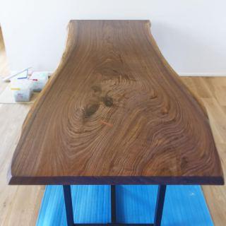 ︎ 【MUKU ten.納品事例】 ブラックウォールナット一枚板ダイニングテーブルを納品しました! 上品さとクールさを併せ持つブラックウォールナット。人気の樹種です。 明るい色味のオーク床材と相性も良く、テーブルが引き立ちます クリア塗装後にはっきりと現れる杢目の美しさには毎回驚かされます️ ・ ・ 明日5/2(土)も11:00〜17:00オープンいたします。 ご入店は1組様ずつのご案内となります。 家具打合せご来店は、事前にご予約ください。 . <5/2(土)ご予約可能時間帯>. ※5/1(金)現時点 ②13:00〜14:30 ③15:00~16 : 30 金土日月OPEN/火水木CLOSE
