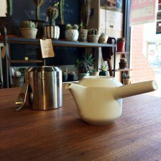 ︎ 新茶の季節ですね ・ 急須でゆっくり丁寧にお茶を淹れて飲む… 心も穏やかになりそうですね。 ・ 【KINTO】 LEAVES TO TEA 急須 300ml ¥3,500+税 LEAVES TO TEA キャニスター 450ml ¥3,500+税 LEAVES TO TEA ティースクープ ¥500+税 ・ 本日5/24(日)11:00〜17:00まで営業しております。 ・ <5/24(日)ご予約可能時間帯> ①11:00〜12:30 ②13:00〜14:30