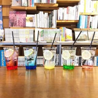 「レンジャーソーダ」 見た目も鮮やかなレンジャーソーダは全部で5種類! トッピングにアイスクリームをのせてクリームソーダにする事もできます🥤(テイクアウトできます) . 写真は左から ・グレナデン(ザクロ) ・ブルーキュラソー ・レモン ・グリーンアップル ・ピンクグレープフルーツ 本日もテイクアウト営業オープン致します 電話予約お承り中です! ランチセット(予約制)やパン、スコーン、マフィン等焼き菓子はご予約なしでも購入いただけますので是非お買い求めください 店外の椅子でお待ちいただく際には雑誌のご用意もありますのでご覧になってください 【電話】0545-52-9504 . お客様1組(1名)ずつご来店、ご利用いただきます。 予約でお待ちのお客様は店外のウェイティングの椅子(ハナレ @hanare_altana にて購入もいだけます)でお待ち頂くか、車内にてお待ち下さい。(道路上でお待ちいただくのは危険なのでおやめください) 順番になりましたらスタッフよりお声掛けさせていただきます。 #ご一緒にどうぞ 【おうちでアルタナ】 テイクアウトメニューです! (価格は全て税込です) . 朝霧ヨーグル豚のキーマカレー丼、オニオンスープセット大盛り無料①〜④ ①うすべに玉子の目玉焼き650yen ②豚バラナンコツspice煮700yen ③静岡地鶏ソテー