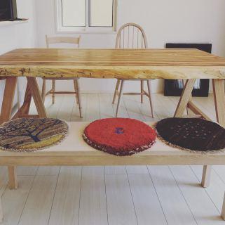 ︎ 【MUKU ten. &飛騨産業家具納品事例】 ベリ一枚板ダイニングテーブルと Northern Forestシリーズのチェア、ベンチ納品しました! ベリはマメ科の広葉樹で重硬な樹種。明るい地色にブラウンのはっきりとした縞模様が特徴です。 ご夫婦が一目惚れされたベリ一枚板にタモ材木製脚を付たダイニングテーブルが完成しました ・ 更に座り心地に感動された、飛騨産業Northern Forestシリーズのカバ無垢材の座家具のコーディネートは、無垢材を存分に味わえる組み合わせ🤲🏻 ・ アクセントのギャッベの丸型クッションも可愛いですね️ ・ 本日、5/23(土)17時まで営業中。 . <5/23(土)ご予約可能時間帯>. ※現時点 ①11:00〜12:30 ②13:00〜14:30 ③15:00〜16:30 ・ フリーでご来店の際にはお待ちいただく場合がございます。空いていれば1組ずつのご案内をさせていただきます。 家具打合せのご来店は、スムーズなご案内の為、ご予約をおすすめいたします🏻♀️ ・ ・ 感染症予防対策の為、何卒ご理解、ご協力のほどよろしくお願い申し上げます。 #一枚板テーブル #ベリ一枚板