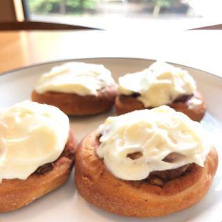 「シナモンロール」 風味豊かなシナモンロール クリームチーズの酸味と合わせることでより美味しくお召し上がりいただけます シナモンには血行改善効果や抗酸化作用もあるそうですよ! . #スパイス . 6月1日(月)から席数を制限した店内飲食の営業を再開する予定です。 パン、スコーン、マフィン等焼き菓子はご予約なしでも購入いただけますので是非お買い求めください 店外の椅子でお待ちいただく際には雑誌のご用意もありますのでご覧になってください 【電話】0545-52-9504 . お客様1組(1名)ずつご来店、ご利用いただきます。 予約でお待ちのお客様は店外のウェイティングの椅子(ハナレ @hanare_altana にて購入もいだけます)でお待ち頂くか、車内にてお待ち下さい。(道路上でお待ちいただくのは危険なのでおやめください) 順番になりましたらスタッフよりお声掛けさせていただきます。 #ご一緒にどうぞ 【おうちでアルタナ】 テイクアウトメニューです! (価格は全て税込です) . 朝霧ヨーグル豚のキーマカレー丼、オニオンスープセット大盛り無料①〜④ ①うすべに玉子の目玉焼き650yen ②豚バラナンコツspice煮700yen ③静岡地鶏ソテー 750yen ④静岡黒毛和牛と朝霧ヨーグル豚ハンバーグ 850yen .