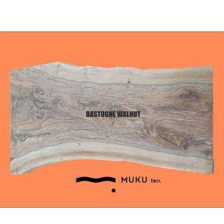 ︎ 【店内MUKU ten.のご紹介】. BASTOGNE WALNUT. . カリフォルニア産ウォールナットとイングリッシュウォールナットを接木した 「クラロウォールナット」に、 更に「イングリッシュウォールナット」を接木した「バストゥーンウォールナット」。. . 大変希少価値の高い一枚です。. . 6人掛けダイニングテーブルにおすすめ。. . W2,130×D850〜1,030×T60mm ・ ・ . ※価格はお電話0545-51-8700もしくは、DMにて問い合わせください。. . ※写真は無塗装。クリア塗装後は濡れ色に変化します。. . ※脚は木製、スチール、テーブル用、座卓用各種ございます。. . 本日は定休日。 明日6/12(金)は11:00〜17:00でオープン致します。. . . フリーでご来店の際にはお待ちいただく場合がございます。空いていれば1組ずつのご案内をさせていただきます。 家具打合せのご来店は、スムーズなご案内の為、ご予約をおすすめいたします🏻♀️