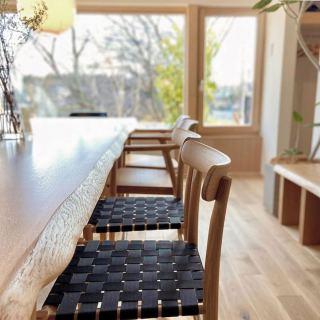 ︎ 軽やかな椅子。 ジャスパー・モリソン デザインのMARUNI COLLECTION、lightwoodチェアは、無垢材を使いながら驚くほど軽量かつ、美しい佇まい。 毎日のことだから、動作に負担のかからないことが嬉しいのはもちろん、無駄を排した、美しいデザインの椅子は眺めていて飽きません。 ぜひ、試していただきたい椅子です。 家具を見てみたい!という方のモデルハウス見学も大歓迎です。 @besso_altana モデルハウス HIBIKI THE MIRAI 富士市富士見台5-2-1 TEL 0545-67-3939 当店ハナレアルタナは6/13(土)本日、17時までオープンしております。 ・ 家具打合せのご来店は、スムーズなご案内の為、ご予約をおすすめいたします🏻♀️ ・ ・ <6/14(日)家具打合せ予約可能時間帯>. ※6/13(土)現時点 ①11:00〜12:30 ②13:00〜14:30 ③15:00〜16:30 ・ フリーでご来店の際にはお待ちいただく場合がございます。空いていれば1組ずつのご案内をさせていただきます。 ・ 感染症予防対策の為、何卒ご理解、ご協力のほどよろしくお願い申し上げます。