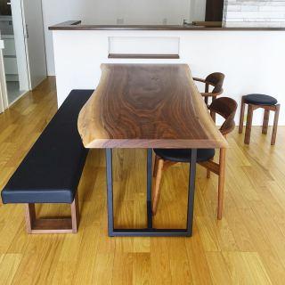 ︎ 【MUKU ten. &マスターウォール家具納品事例】 ブラックウォールナット一枚板ダイニングテーブルとマスターウォールのベンチ、チェア、スツールを納品しました! オリジナルダイニングテーブルは、ブラックウォールナット特有の流れるような杢目、上品な紫色がかったブラウンが美しい天板 ・ マスターウォールの座家具はテーブルに合わせたウォールナット無垢材のフレーム、張地はブラックのPVCで揃えました。テーブルのスチール脚とも合って統一感が出ていますね! ・ 次回は6/19(金)11:00〜17:00オープンいたします。 ・ 家具打合せのご来店は、スムーズなご案内の為、ご予約をおすすめいたします🏻♀️ ・ ・ <6/19(金)家具打合せ予約可能時間帯>. ※6/16(火)現時点 ①11:00〜12:30 ②13:00〜14:30 ③15:00〜16:30 ・ フリーでご来店の際にはお待ちいただく場合がございます。空いていれば1組ずつのご案内をさせていただきます。 ・ 感染症予防対策の為、何卒ご理解、ご協力のほどよろしくお願い申し上げます。 #一枚板テーブル #ダイニングテーブル #ブラックウォールナット #ダイニングチェア #ベンチ #ダイニング #インテリアショップ