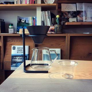 ︎ ちょっと特別なコーヒーブリュワー ・ 細部にまでこだわり個性を持たせたデザインは、ささやかなコーヒーシーンを上質な時間に変えていきます。 ・ コーヒー好きなお父さんへの父の日のプレゼントにいかがですか? ・ 【KINTO】 ブリュワースタンドセット 4cups ¥12,500+税 ・ 本日6/15(月)17:00までオープンしております。 ・ 只今入店可能です! フリーでご来店の際にはお待ちいただく場合がございます。空いていれば1組ずつのご案内をさせていただきます。 家具打合せのご来店は、スムーズなご案内の為、ご予約をおすすめいたします🏻♀️ ・ ・ 感染症予防対策の為、何卒ご理解、ご協力のほどよろしくお願い申し上げます。. . #インテリアショップ #ブリュワースタンドセット #コーヒーブリュワー #コーヒードリッパー #父の日プレゼント
