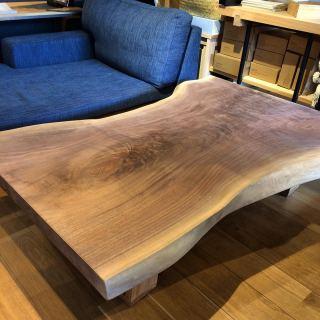 ✴︎ 個性的なカタチの一枚板 ・ ローテーブルなどにしてお部屋のアクセントに! ・ 【MUKU ten.】 ブラックウォールナット一枚板 W1390×D710〜1000×T52 ・ ※価格はお電話0545-51-8700もしくは、DMにて問い合わせください。. . ※写真は無塗装。クリア塗装後は濡れ色に変化します。. . ※脚は木製、スチール、テーブル用、座卓用各種ございます。. . 本日7/12(日)17:00までオープンしております。 . 只今入店可能です。 . フリーでご来店の際にはお待ちいただく場合がございます。空いていれば1組ずつのご案内をさせていただきます。 家具打合せのご来店は、スムーズなご案内の為、ご予約をおすすめいたします🙇🏻♀️ ・ ・ 感染症予防対策の為、何卒ご理解、ご協力のほどよろしくお願い申し上げます。 #ハナレアルタナ #インテリアショップ #mukuten #一枚板 #一枚板ローテーブル #ウォールナット #ウォールナット一枚板 #ナチュラルインテリア #模様替え #一枚板探し #家具探し #インテリアショップ #富士市