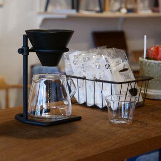 ✴︎ お気に入りのブリュワーで 丁寧にコーヒーを入れる… 入れている時間も至福の時間ですね。 ・ 鋳物ならではの無骨なスタンドと、味わい深い釉薬の磁器製ブリュワーが魅力です。 ・ 【KINTO】 ブリュワースタンドセット 4cups ¥12,500+税 ・ 本日7/20(月) 11:00〜17:00でオープンしております。 只今入店可能です! フリーでご来店の際にはお待ちいただく場合がございます。空いていれば1組ずつのご案内をさせていただきます。 家具打合せのご来店は、スムーズなご案内の為、ご予約をおすすめいたします🙇🏻♀️ ・ ・ 感染症予防対策の為、何卒ご理解、ご協力のほどよろしくお願い申し上げます。 #ハナレアルタナ #インテリアショップ #kinto #コーヒーブリュワー #ドリッパー #コーヒー #コーヒー好き #コーヒーのある暮らし #至福の時間 #雑貨 #富士市