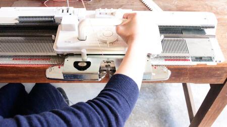 【アルタナコラム;HANARE ALTANA】家庭用手編み機でストール作り体験